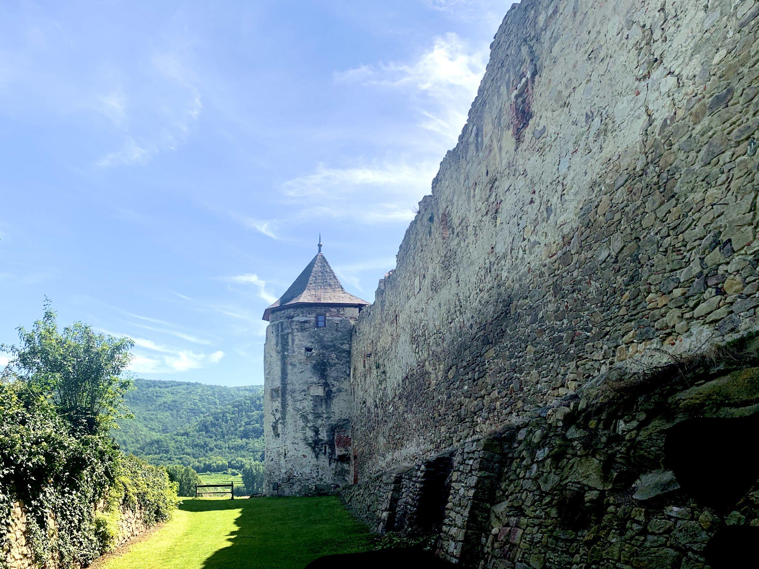Ostmauer der Pfarrkirche Weißenkirchen mit Turm