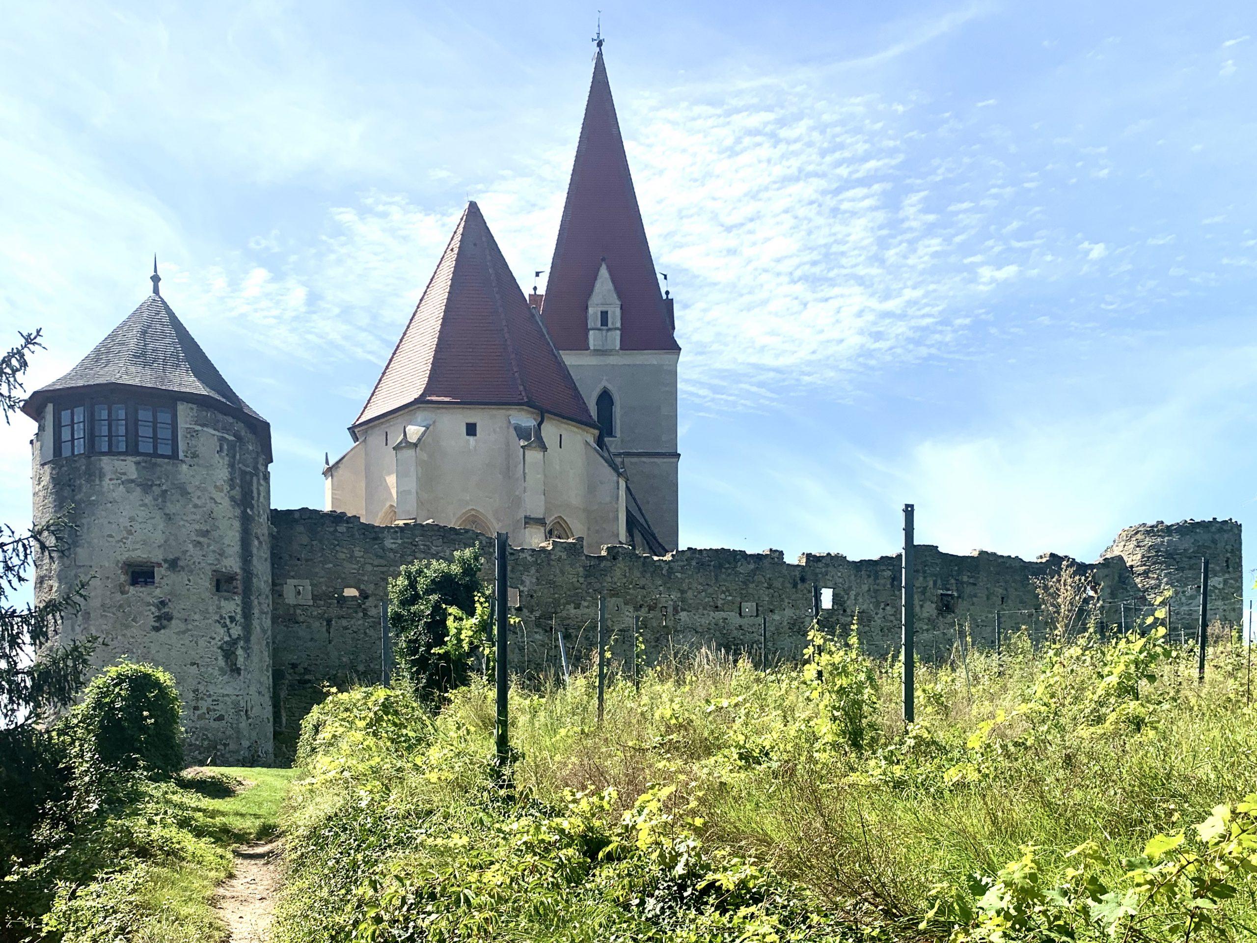 Die Pfarrkirche in Weißenkirchen von außen gesehen