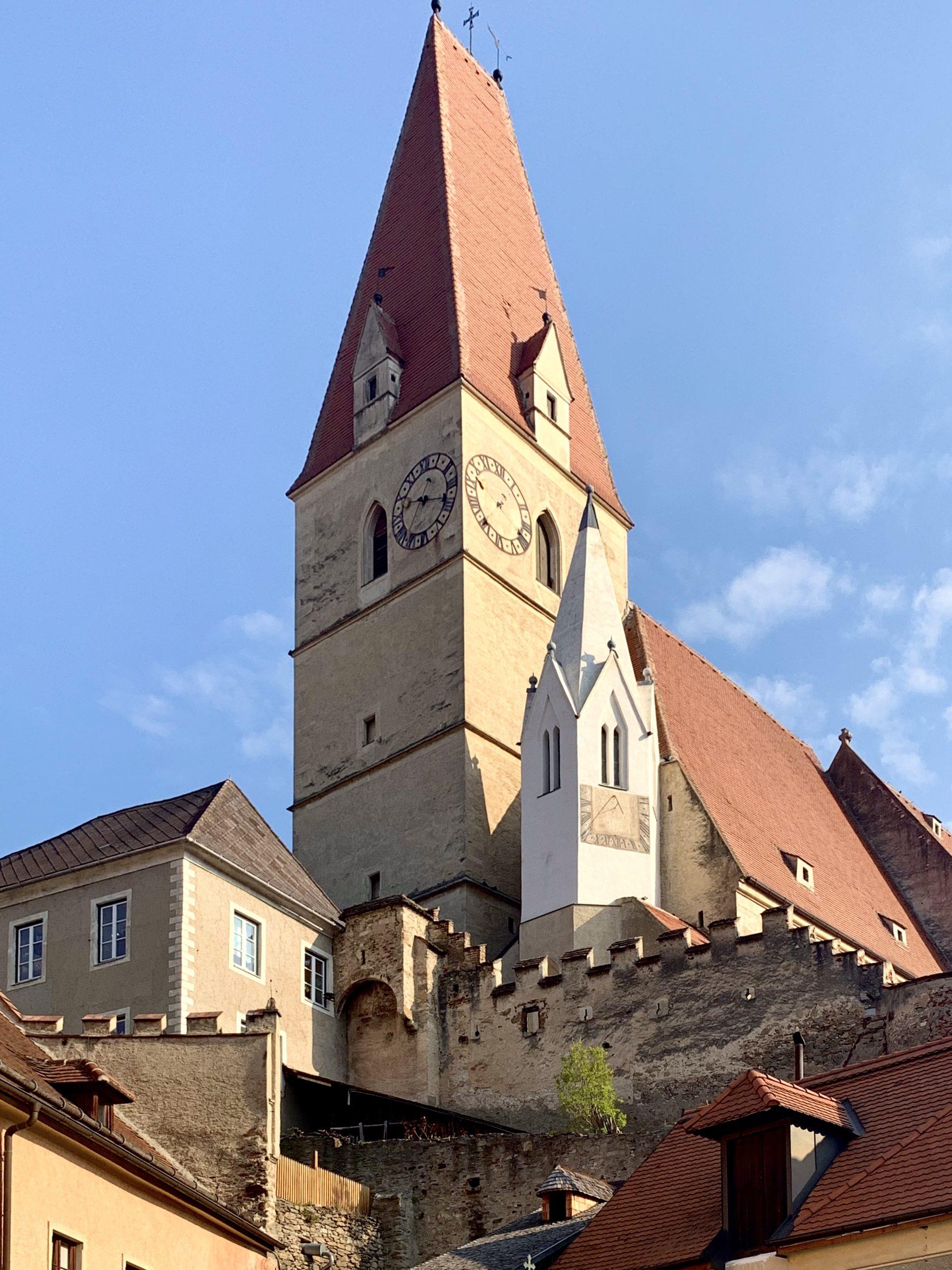 Die Pfarrkirche Weißenkirchen vom Marktplatz aus gesehen